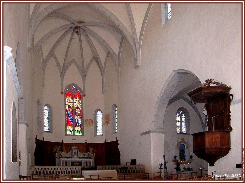 Cette église gothique fut édifiée à partir de 1522 et a englobé l'ancienne chapelle seigneuriale romane.