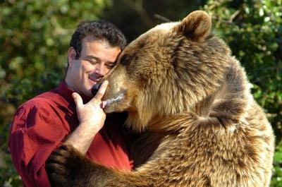 Emerveillez-vous devant la relation unique entre un homme et ses ours, depuis l'âge de 20 ans JP Roman vit auprès des ours bruns.