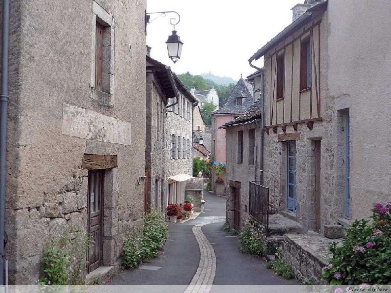 Bâtie en amphithéâtre, Espeyrac comporte des rues pentues et des ruelles en escalier.
