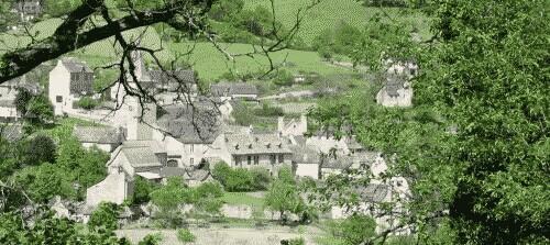 Espeyrac surplombe la belle vallée de la Daze, entre les vallées du Lot et du Dourdou. Il est une halte sur la Départementale 42 et sur le chemin de Saint Jacques de Compostelle par le GR 65 venant du Puy-en-Velay.