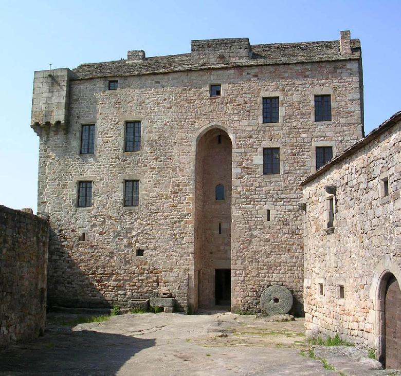 Au cœur du Rougier de Camarés, le château fort de Montaigut