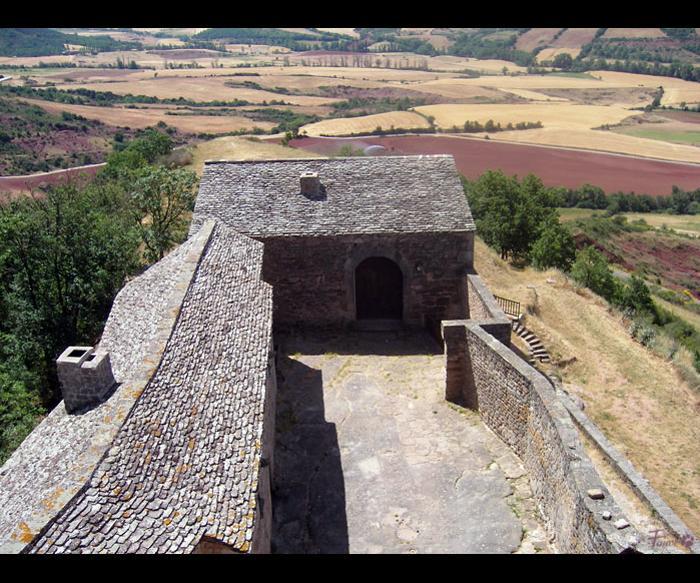 Les communs depuis le donjon du Château-Fort de Montaigut