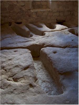 Les sarcophages de la nécropole du haut Moyen-Âge - Château de Montaigut