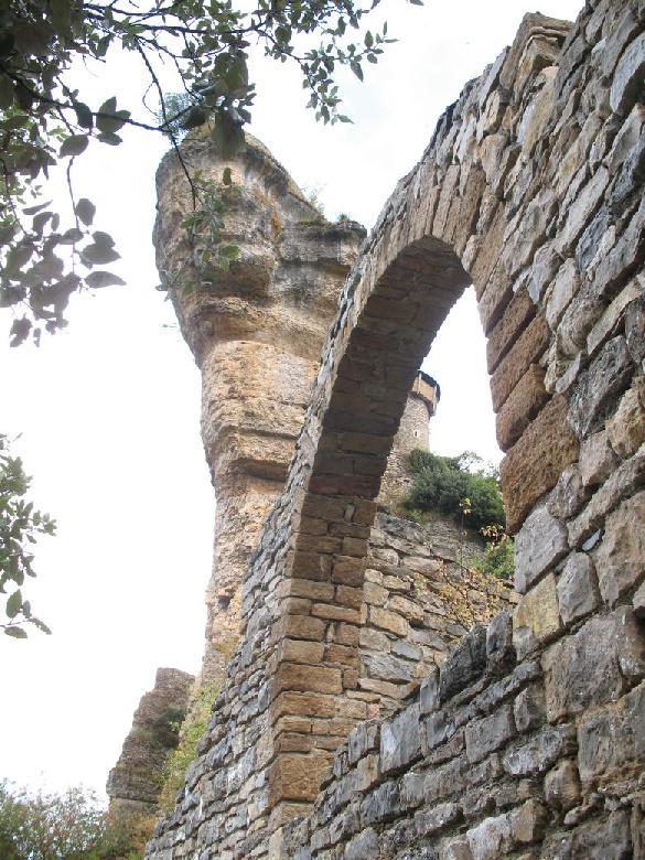 En cours de restauration, le rocher, donjon naturel, est ouvert au public.