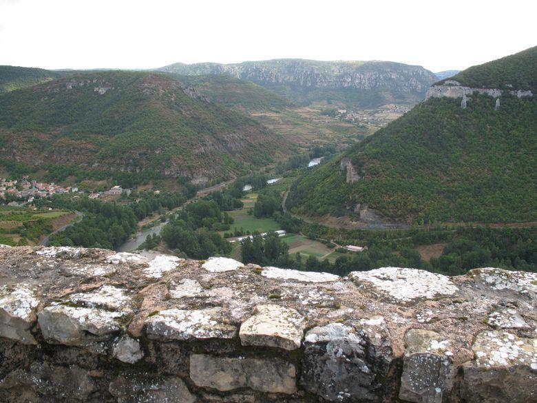 Construit entre le XIIe et XVIe siècles, le Château de Peyrelade domine la vallée du Tarn.