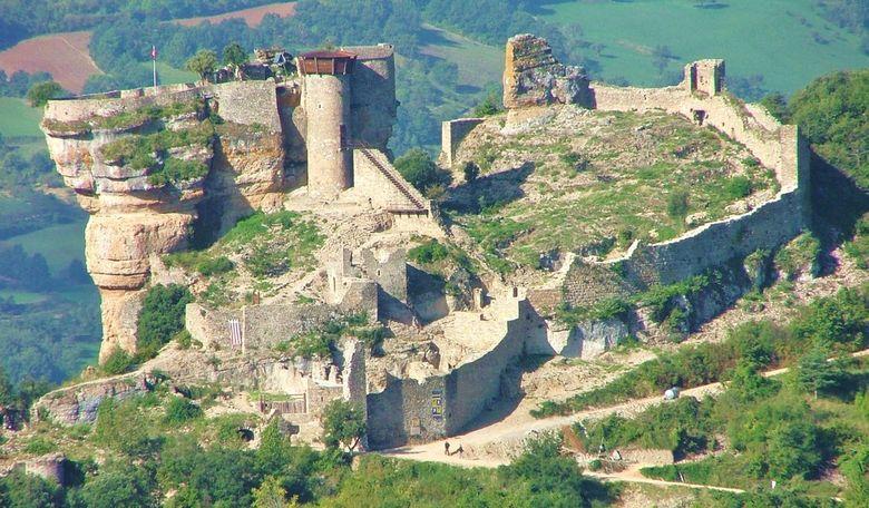 Construction atypique agrippée à un énorme rocher dominant la Vallée du Tarn, cette forteresse médiévale, en cours de restauration depuis 25 ans, vous livre ses vestiges de défenses historiques et surtout un panorama remarquable sur la vallée du Tarn.
