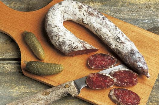 Mélange de gras et de maigre de porc, les saucisses sèches sont conservées dans du sel puis séchées.