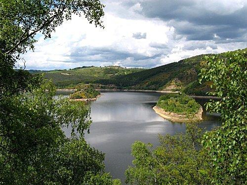 La Truyère est l'affluent principal du Lot dans lequel elle se jette en rive droite. Elle est donc un sous-affluent de la Garonne