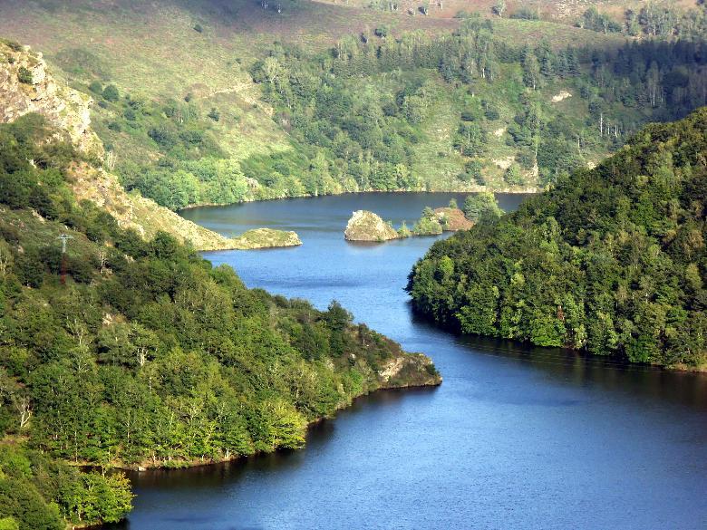 Le cours de la rivière mesure 170 kilomètres de long et comporte des dénivellations importantes