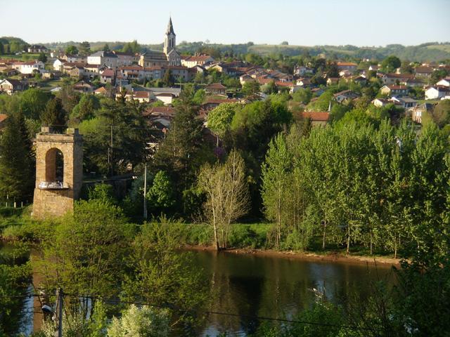 Livinhac le haut est un village de l'Aveyron, situé à 5 kilomètres de Decazeville, au nord ouest du département, dans la région Midi Pyrénées, entre Rouergue et Quercy.