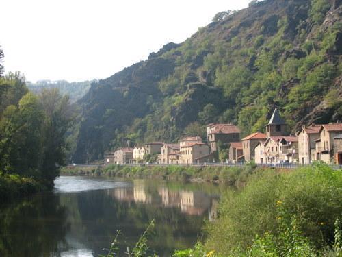 Laroque-Bouillac, surprenant petit village, en bordure de la route départementale, niché au fond de la vallée, qui tient son  nom de  « Laroque » pour le rocher et « Bouillac »  pour ses seigneurs.