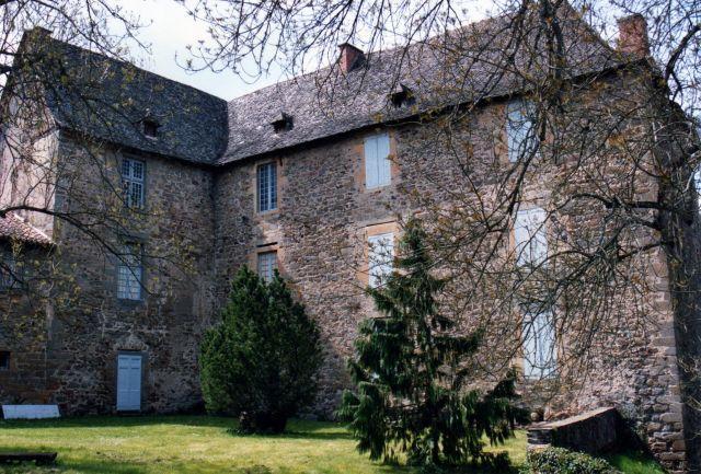 Le château de Marcenac est situé sur la rive droite du Lot. Il surplombe la plaine de  Flagnac. De son cachet médiéval, il n'a gardé que quelques voûtes.