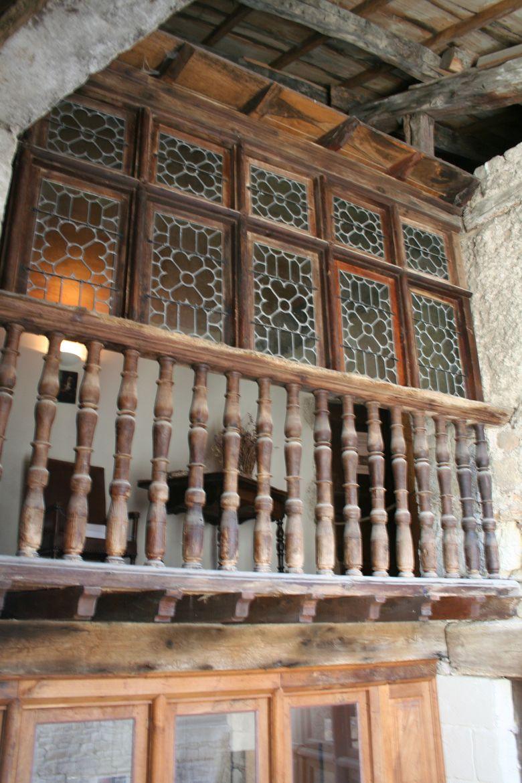 Galerie de la maison des consuls dans la cité médiévale de Sévérac-le-Château.