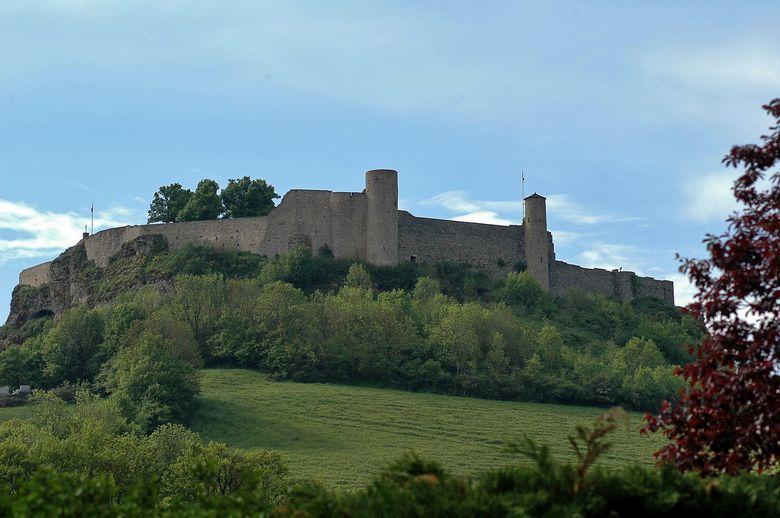 Façade médiévale du château de Séverac qui domine le bassin étroit alluvial formé par l'Aveyron qui prend sa source à l'Est de Sévérac.