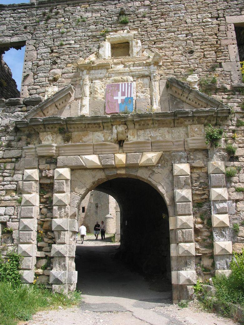 L'entrée du chateau de Sévérac le Chateau. La visite permet de découvrir remparts, courtines, tours de guet, chapelle et cuisine.