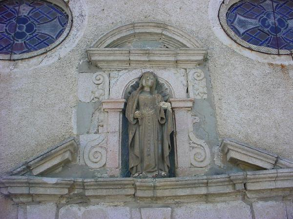 La Vierge sculptée à l'entrée de la chapelle - Aveyron
