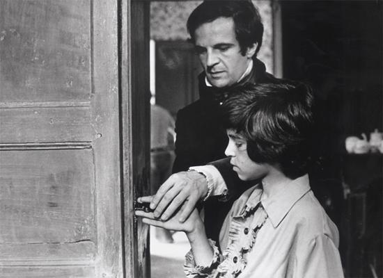 Un film de François Truffaut (1969, noir et blanc), scénario de François Truffaut et Jean Gruault, d'après Mémoire et rapport sur Victor de l'Aveyron de Jean Itard (1806), avec François Truffaut (docteur Itard) et Jean-Pierre Cargol (Victor).