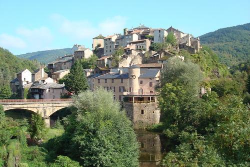 Le village de Saint Sernin sur Rance, étagé sur son éperon rocheux, en bordure du Rance, jouit d'un climat agréable et d'une position privilégiée.