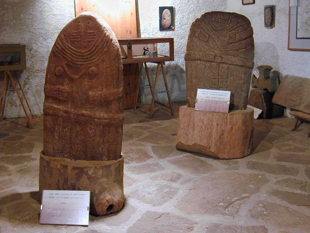Le Musée Damien Bec à Saint-Crépin expose des outils, des objets d'art et de traditions locales sans oublier la salle des Satues-Menhirs où trônent des statues originales.