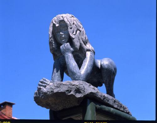 Sur la place de Saint-Sernin, la statue de Victor de l'Aveyron, sculptée par l'artiste Rémi Coudrain, me relate l'étonnante vie d'un enfant du pays,
