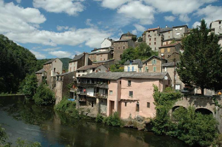 Au bord du Rance, les vieilles demeures trempent les pieds dans l'eau. Au centre de Saint-Sernin, les maisons de grès ont fière allure, elles peuvent s'enorgueillir des vestiges du passé.