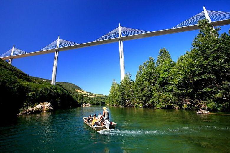 A bord d'une barque, les Bateliers du Viaduc font le bonheur des petits et des grands. Le voyage bucolique de 8 km commence au village médiéval de Creissels, et vous emmène sur les eaux du Tarn pour passer sous l'incontournable Viaduc de Millau.