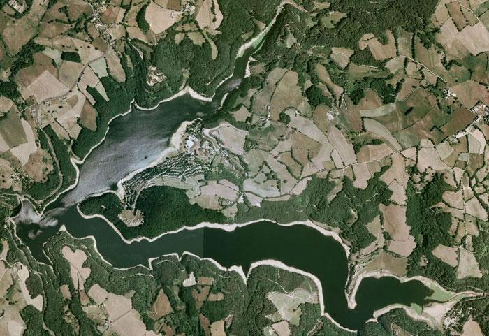 Le lac de Maury ou de la Selves est un lac de barrage de 167 hectares implanté au milieu des magnifiques paysages de montagne de la base Viadène.