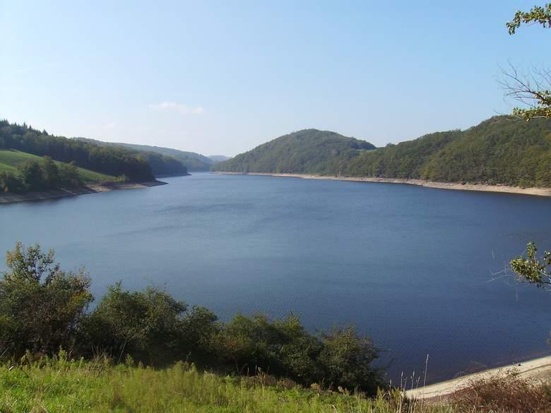 La forme en V du lac de Maury ou de la Selves provient de la jonction de la vallée du Selvet avec la vallée de la Selves. La richesse piscicole et les excellents aménagements touristiques en font un plan d'eau de grand intérêt.