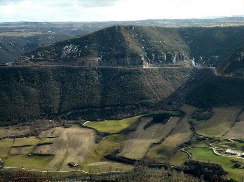 Le causse du Larzac est un haut plateau karstique français du sud du Massif central qui s'étend entre Millau dans l'Aveyron et Lodève dans l'Hérault.
