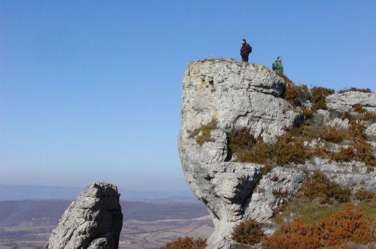 Les Grands Causses forment un ensemble de hauts plateaux calcaires datant pour l'essentiel du jurassique.