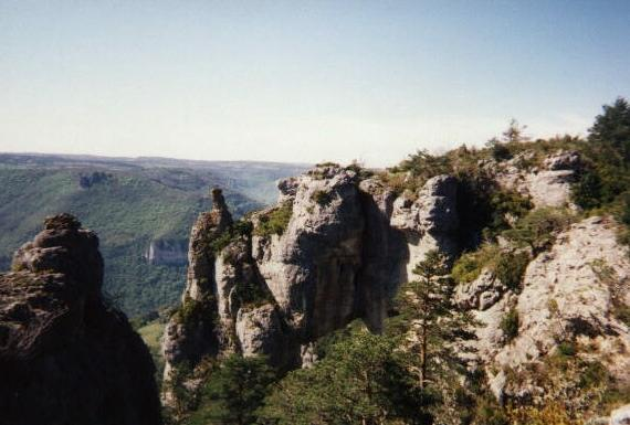 Grands Causses est une appellation relativement récente pour désigner un ensemble de hauts plateaux calcaires constituant une partie sud du Massif central.