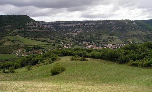 Cirque de Gavarnie en miniature, ce site appelé communément cirque de Tournemire, est entouré par les falaises du Larzac, du haut desquelles s' offre un vaste panorama.