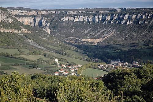A quelques kilomètres de Roquefort, dans la vallée du Soulzon, le village de Tournemire s'étire tranquillement, à l'abri des corniches du Larzac.