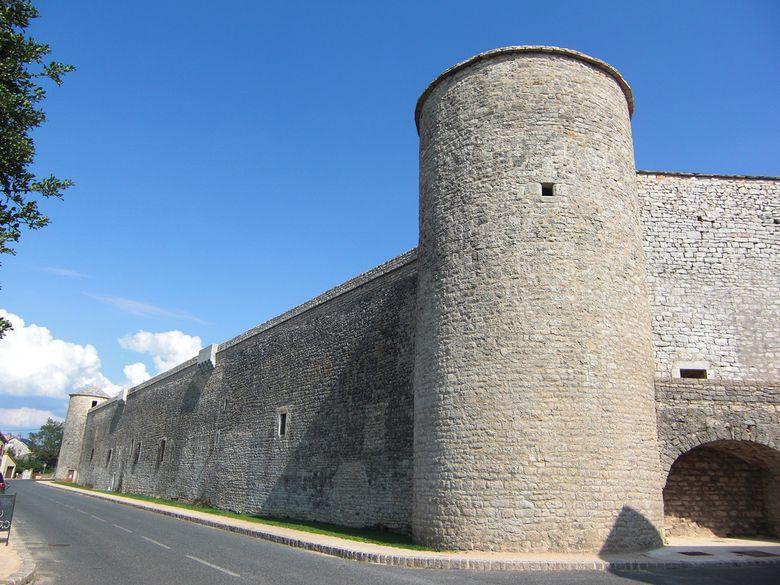 La Cavalerie, carrefour historique et village étape du Larzac, possède un riche patrimoine légué par les Templiers et Hospitaliers du XIIème à 1445, date à laquelle furent érigées les fortifications.