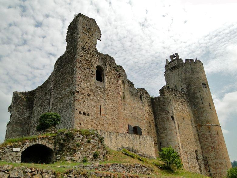 Châteaux, forteresses, bastides… Certains, perchés sur un éperon rocheux, dominent orgueilleusement les villages.
