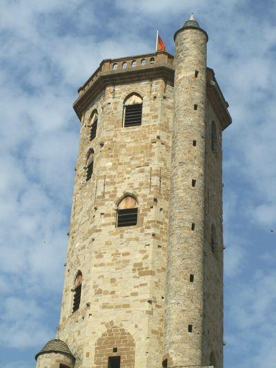 Edifié au XIIe siècle sur le lieu où se trouvait auparavant le château des comtes de Millau, le Beffroi de Millau contribuait à l'origine à la sécurité de la ville.