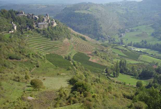 Sur la commune de Goutrens, à proximité du village de Cassagnes-Comtaux, se trouve le site archéologique du dolmen de la Serre qui a été inscrit en tant que monument historique en 1994.