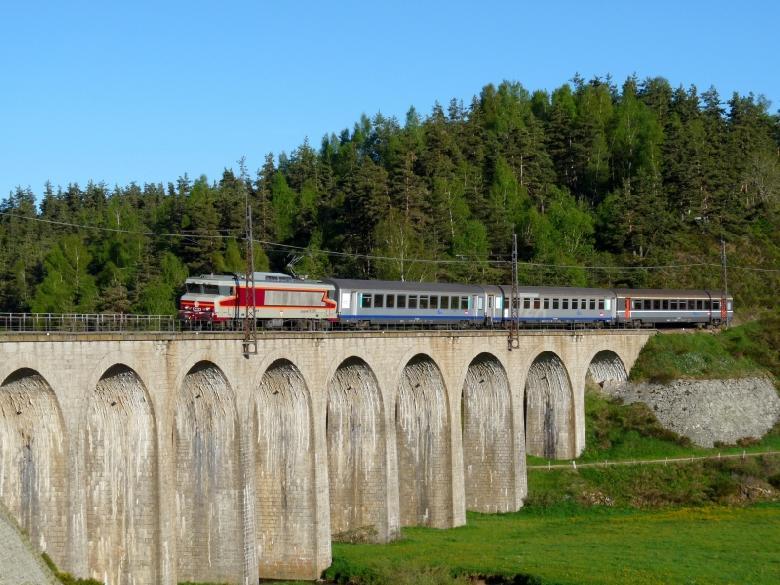 De très nombreux viaducs sont présents, le plus important et le plus célèbre est le Viaduc de Garabit.