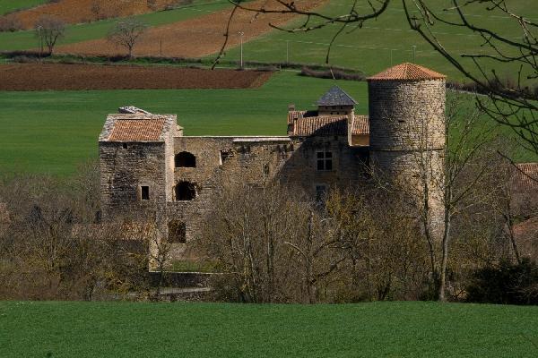 Mélac se situe à 5 km à l'est de St Rome. Le château est toujours partiellement en état. On trouve sa trace durant les guerres de religion où le château fut pris par les huguenots du capitaine Lavaur en 1581.