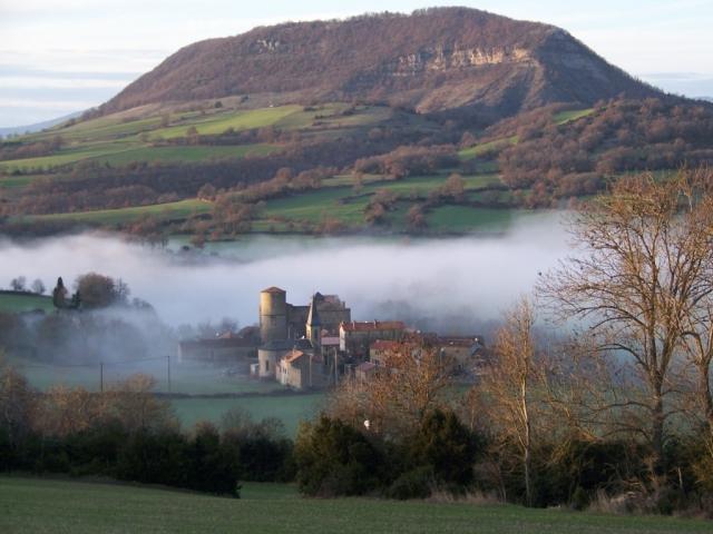 Le château de Mélac, maison seigneuriale fortifiée, semble construit au creux d'un vallon. Il est en réalité établi sur une assise rocheuse dominant le ravin du ruisseau du Lessude.