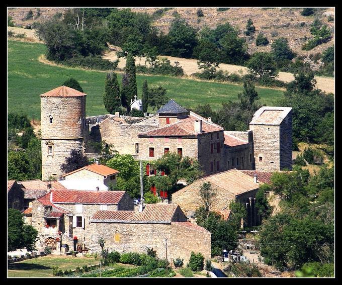 Le Château de Mélac protégeait le chemin conduisant de la vallée du Cernon au plateau du Larzac.