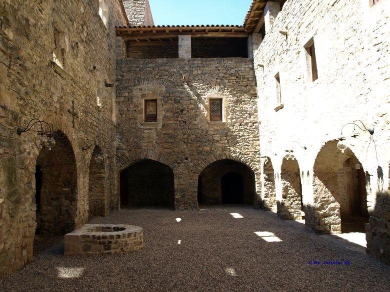 A son apogée, le château de Mélac se présentait avec quatre tours et quatre corps de logis formant une grande cour intérieure.
