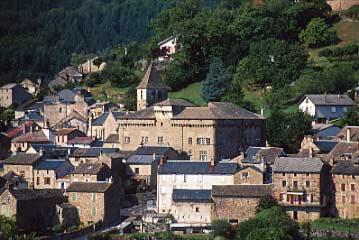 Au cœur de la vallée de la Muse, Saint-Beauzély fut le pays des tailleurs de pierres et de bâtisseurs à qui sont dus de nombreux bâtiments du Sud-Aveyron. Dolmens, vestiges de temples gallo-romains et voie romaine témoignent d'un habitat très ancien.