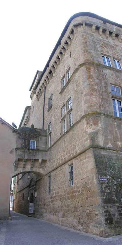 Le château existait au XIIème siècle et a été réaménagé au XVIème siècle. Ses deux corps de bâtiments avec mâchicoulis et fenêtres à meneaux ouvrent chacun sur une belle porte à fronton triangulaire.