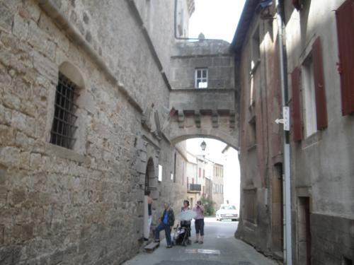 S'appuyant sur le château, la porte de la Madeleine enjambe la rue. Elle témoigne des anciens remparts.  Le château abrite aujourd'hui l'accueil touristique ainsi que le Musée Mémoire de la Vie Rurale.