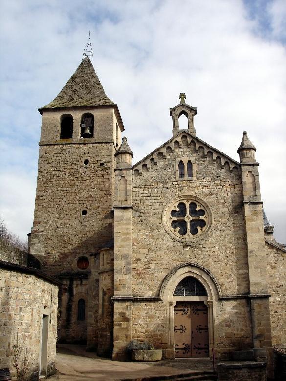 L'église néo-gothique de Saint-Beauzély. Une partie des remparts du côté Nord sert de soubassement au clocher de l'église actuelle.