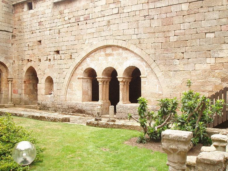 Le Prieuré de Comberoumal du XIIème siècle. Il constitue un remarquable exemple de la sobriété de l'architecture romane. Entrée de la salle du chapitre dans l'ancienne cour du cloître.