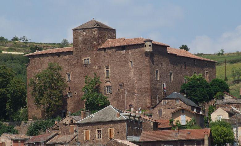 Le château épiscopal des XIVème XVIème XVIIème XIXème siècles, cité en 1346, d'abord château refuge durant les conflits, puis résidence d'été des évèques de Vabres, Vabres-l'Abbaye, en Aveyron.