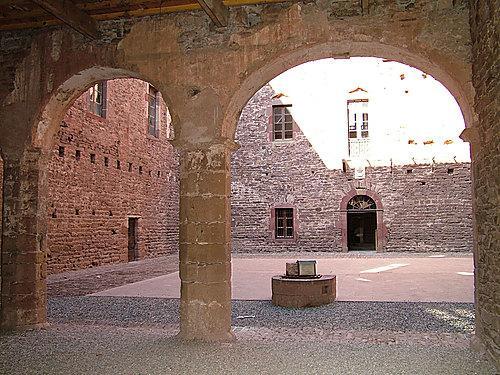 Au hasard des rues et des ruelles, on peut découvrir de nombreuses maisons anciennes, certaines avec des fenêtres à meneaux datant des XVème et XVIème siècles.