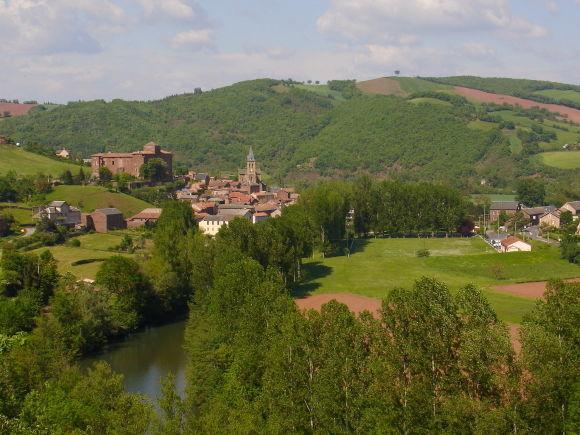 Village de Saint-Izaire Village médiéval du sud de l'aveyron sur les rives du Dourdou, Saint-Izaire est dominé par son imposant château épiscopal du XIVème siècle.